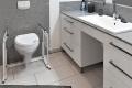 Parkvilla Bad Sassendorf: behindertengerechte Toilette und großzügiger Waschtisch im Bad 2