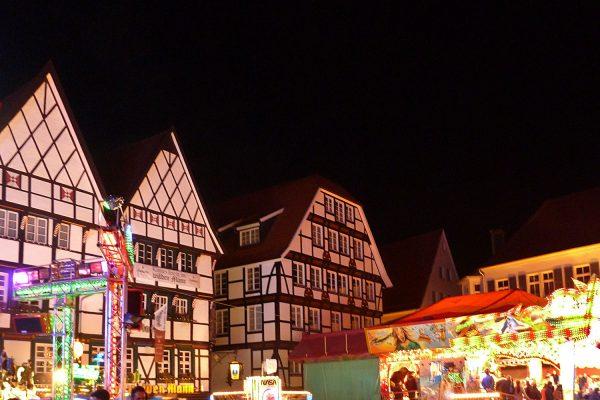 Allerheiligenkirmes auf dem Marktplatz in Soest (Foto: Dominik Schäfer, Quelle: Wikimedia Comons)